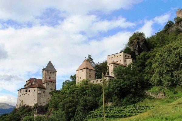 Diese Burg ist eine Talhangburg.